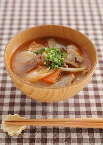 根菜たっぷりの豚汁に、ピリリと豆板醤をきかせて。体も温まり、おなかの底から幸せになれそうな一杯です♪汁物なのに、メイン級の存在感がありますよ。