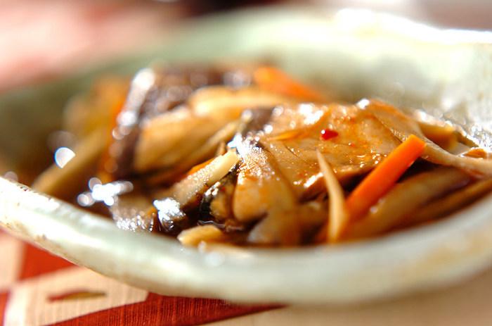 豆板醤は、魚料理にも合います。こちらは、和の出汁に豆板醤を加え、根菜とブリを煮込んだ豆板醤煮。豆板醤を煮物に使うのが、ちょっと意外かもしれませんね。ぜひ、いろいろな調理法で豆板醤を使いこなしましょう。