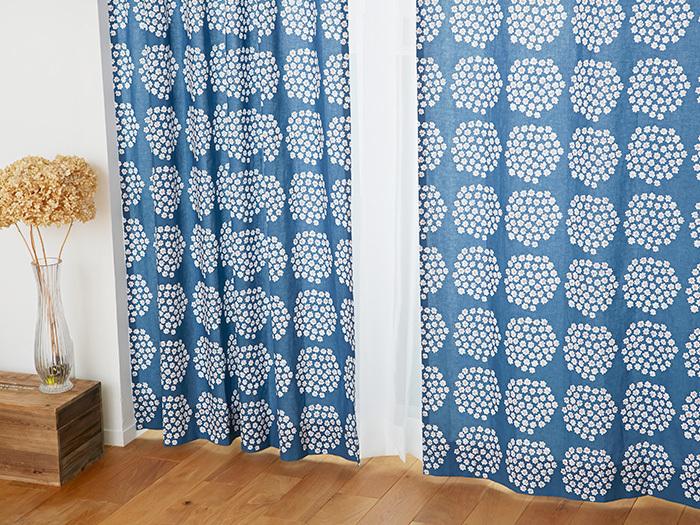 marimekko(マリメッコ)のPUKETTI(プケッティ)柄のカーテンは、整然と並んだブーケが愛らしいですね。ひとつひとつのお花は手描きのぬくもりがあるので、かっちりしすぎないのに、きちんと感のあるイメージを作ることができます。