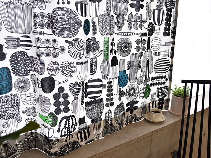marimekko(マリメッコ)のPUUTARHURIN PARHAAT(プータルフリンパルハート)は、いろいろなお野菜がキュートなタッチで描かれた傑作のひとつ。ところどころに入った優しい色使いも魅力的です。キッチンやダイニングによく合うカーテンですね。