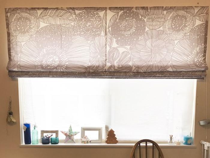 大きな面積の明るい窓にかけるカーテンやロールスクリーンは、お部屋の雰囲気をがらりと変えるのにぴったりなインテリアアイテムです。どんな柄にしようか迷っているときは、まずはベーシックな色味のもので柄が素敵なものをチョイスすると、大胆になりすぎずイメージチェンジすることができます。