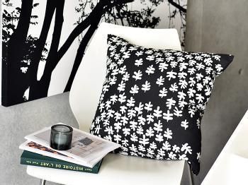 boras cotton(ボラス/ボロス)のLAGER(ラガー)というデザインのクッションです。ラガーとは月桂冠の葉のことで、ランダムに描かれた葉っぱが優しい印象を生み出しています。モノトーンのクッションは、シンプルテイストのお部屋にもよく似合います。