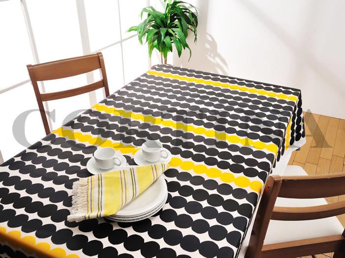 マリメッコのすこしいびつなドットが並ぶ大胆なデザインのテーブルクロスは、気分転換にもぴったり。はっきりとしたカラーのテーブルクロスは、背筋がしゃんと伸びる感じが心地よいですね。