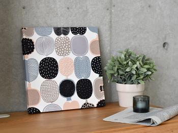 ファブリックパネルは壁や棚などに自由に置くことができるお洒落なインテリアアイテムです。気に入った布があったら、自分で作ることもできるのでお手軽に北欧デザインをおうちに取り入れることができます。