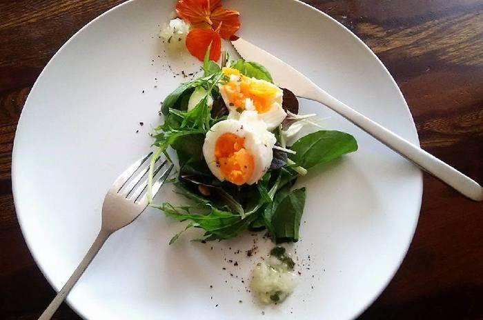 サラダのトッピングやお弁当など、ひとつだけ手早く作りたい時に便利なのが電子レンジを活用する方法です。加熱時間はお好みで調整してくださいね。