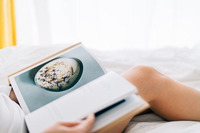 秋と言ったら「食欲の秋」であり「読書の秋」でもありますよね?今回はこの2つの要素を掛け合わせた「美味しいBOOK」を集めてみました!エッセイからレシピ本、お子様と一緒に読める絵本まで幅広くご用意していますよ!どうぞゆっくりお気に入りのドリンクを片手に、お部屋で美味しい読書時間を過ごしてくださいね。