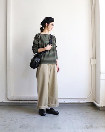 グリーンベースのボーダートップスは、着るだけで季節感をアピールできるアイテムです。ベージュのワイドパンツと合わせて、ベレー帽やマニッシュな雰囲気のシューズなどの秋小物をプラス。トレンド感のあるナチュラルコーデに仕上がっています。