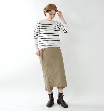 一見シンプルに見えるボーダーニットですが、肘の部分にパッチが付いていたり、サイドにポケットが付いていたりと遊び心のあるデザインが魅力的。ラップ風のベージュスカートに合わせて、季節感のある着こなしに仕上がっています。