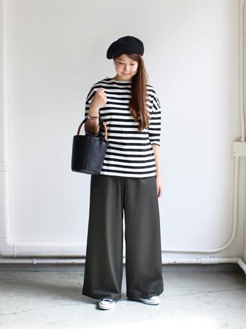 ボーイッシュになりやすいシンプルなボーダーTを、ドロップショルダーで女性らしく着こなせる一枚です。黒のワイドパンツと合わせたモノトーンコーデは、小物も白黒でまとめているところがポイント。