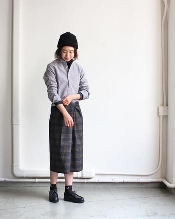 チェック柄のシャツを大人っぽく着こなすなら、タックインするスタイリングがおすすめです。タイトスカートやワイドパンツなど、ボトムスのシルエットに合わせてたるみを持たせるだけでナチュラルな雰囲気に。