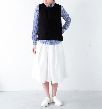 青のギンガムチェックのシャツにホワイトのスカートを合わせ、上からベストをレイヤードしたスタイリング。足元も白で揃えて秋の爽やかコーデに。暑さを感じる日には、ベストなしでもOKです。