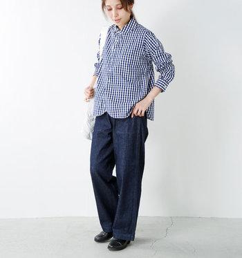 ブルー系のギンガムチェックシャツに、ネイビーのデニムパンツを合わせたコーディネート。こちらも濃いカラーのボトムスを合わせているので、可愛らしい印象のギンガムチェックシャツもシックにかっこよくまとまっていますね。