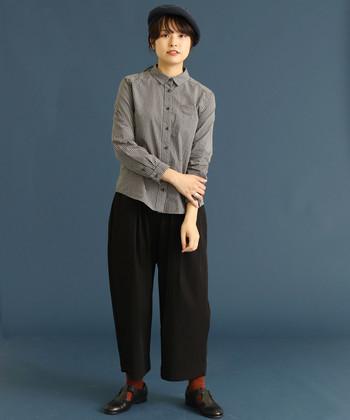 グレーのギンガムチェックシャツに、ダークトーンのワイドパンツを合わせたコーディネートです。落ち着いたカラー同士の組み合わせなので、チェック柄を簡単に大人っぽく見せることができちゃいます。