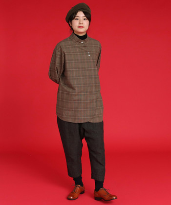 正統派のチェックシャツよりも、シンプルかつちょっぴり変わった形のシャツを選んだ方が大人っぽく見えやすい傾向に。例えばこちらのカンフーをイメージして作られた、チェック柄のシャツ。シンプルなボトムスを合わせるだけで大人っぽくキマります。