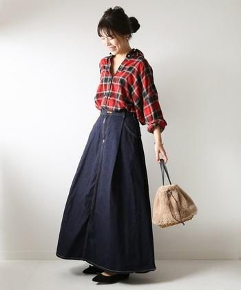 デニムのフレアスカートに合わせる際は、ちょっぴりゆとりを持たせつつ、あまり引き出し過ぎないのがポイント。首元と手首を見せることで、女性らしさもしっかりアピールできます。