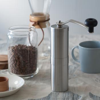 ステンレス製のスタイリッシュな手動のコーヒーミル。セラミック製の刃なので錆びることもなく、お手入れも簡単。