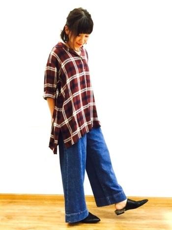 チュニック丈のロングシャツも、チェック柄を大人っぽく見せるには効果的なアイテムです。デニムのワイドパンツにあえてタックインしないスタイリングは、軽やかでリラックスした着こなしに。