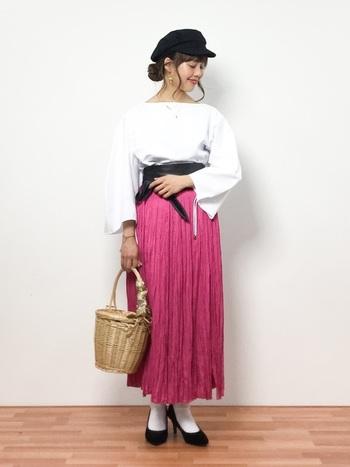 トレンドのホットピンクはボトムスもGOOD!動きのあるスカートなら、軽やかな印象なのでピンク初心者さんでも挑戦しやすいのでは?