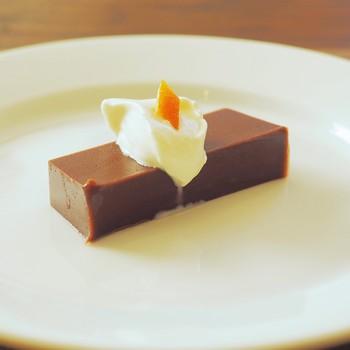 チョコレートが練り込まれたの『こしあん羊羹  生クリーム添え』。生クリームの上にはオレンジピールが。