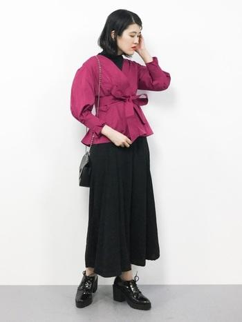 派手な印象のあるホットピンクですが、デザイントップスでも黒のタートルを下にあわせれば、こんなにシックな印象に。深みのあるピンクで、大人だからこそ着こなせるカラーそのもの!シンプルにコーデしてもいいですし、クラシカルな柄物ロングスカートにあわせても可愛い。