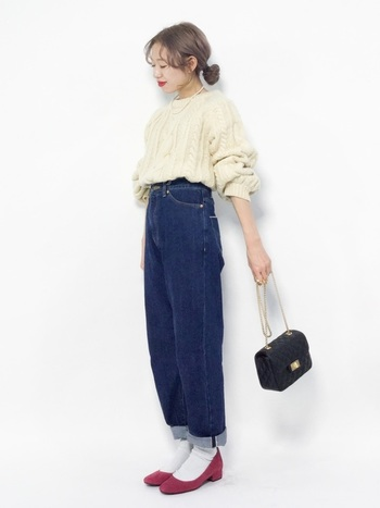 カジュアルな服もホットピンクのパンプスをあわせてあげればレディな装いに大変身。クラシカルな雰囲気を持つ色味なので、靴下を履いたコーデがおすすめ。