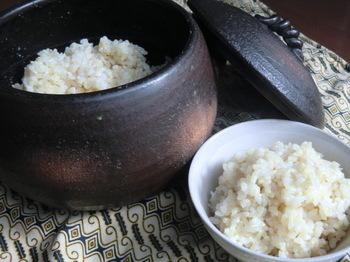 土鍋で炊くときは、6時間以上浸水した玄米に、塩、水(2合なら500~650㏄程度)を加えて中火にかけます。古米は水を多めに。沸騰したら弱火にして、約30分程度炊きます。最後に少しだけ強火にしたら、火を止めて蒸らします。