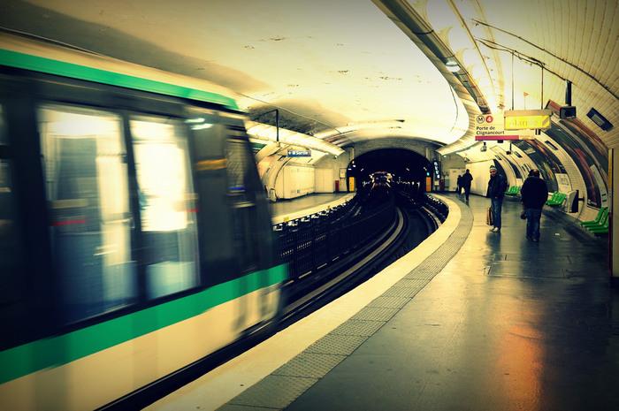 パリ市北部サントゥアン市に、会場はあります。最寄り駅は、メトロ4号線の終点の「Porte de Clignancourt (ポルト・ド・クリニャンクール)」駅。パリ中心のオペラ地区から30分程度です。 Marché aux pucesと記された出口から10分〜15分ほど歩くと、入り口に着きます。  駅出口から蚤の市の入り口まで、ちょっと治安が悪いのでご注意を。スリに気をつけるべく、高価な物は身につけず、あくまでラフな休日スタイルで出かけましょう。
