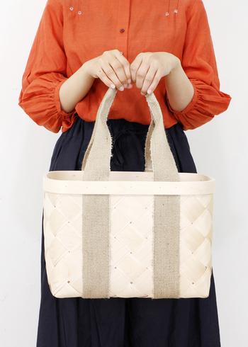 白樺かごはファッション小物としてもとっても重宝します。あるときは買い物カゴとして、あるときはインテリアとして、様々な使い方ができるのも魅力的です。