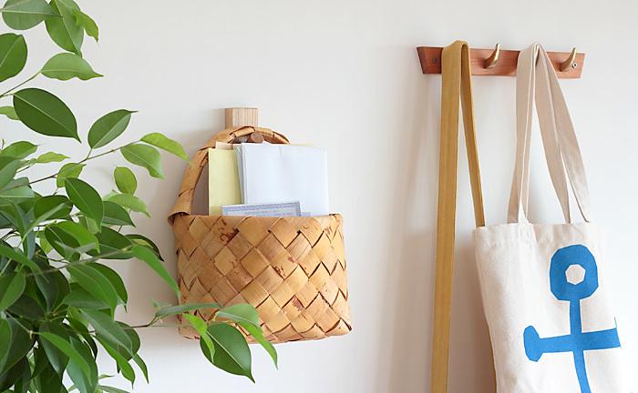 壁掛けタイプの白樺かごは、毎日届く手紙などの郵便物や書類を一時的に収納するのにとても便利。掛けて置くだけで絵になりますし、シンプルな空間の邪魔にならないばかりか、木目ならではの優しいぬくもりを添えてくれます。