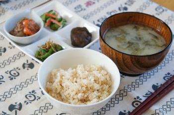 カロリーや糖質については、玄米と白米はほぼ同じ。ただ、玄米は栄養素が豊富に含まれているだけでなく、低GIで血糖値が上がりにくいのも特徴のひとつ。また、噛み応えがあり、咀嚼することで控えめな量でも満足感があることから、ダイエットに効果的な食材といえるかもしれません。
