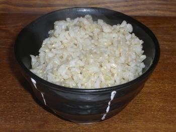 余った玄米ご飯は、冷凍して保存しましょう。温かいうちにお茶碗1杯分ずつに小分けしてラップで包み、冷まします。その後、スピーディーに冷凍するために、金属トレイなどにのせて冷凍庫へ。ある程度凍ったら、ラップに包んだまま保存袋に入れて、再冷凍します。