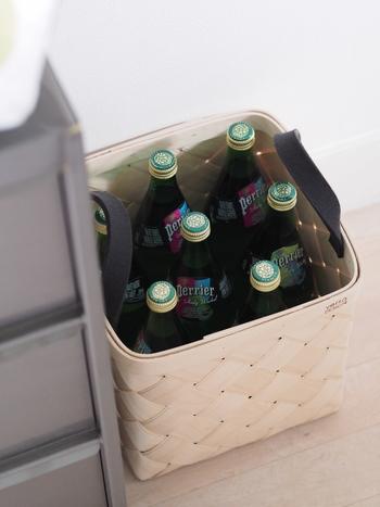 週末のまとめ買いで沢山買ってしまった瓶やペットボトルのドリンク。ダンボールに入れてそのままキッチンにおいているものを、白樺かごに変えるだけでもオシャレにスッキリまとまります。持ち手のあるタイプが運びやすくてオススメ!