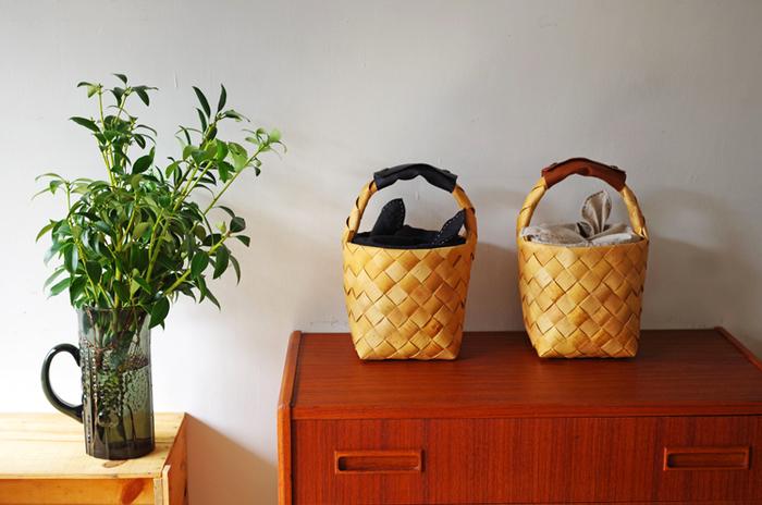 そしてかごバッグとして使い終わったら、収納棚にポンと置くだけ。なんとも絵になる玄関周りに早変わりです。