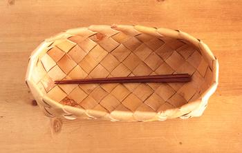 おはしやフォーク、スプーンを入れるカトラリーとして。白樺かごをテーブルにさりげなく置いても素敵ですし、そのまま棚にも収納することもできます。ほのかにただよう木の香りが食欲もアップしてくれそう。