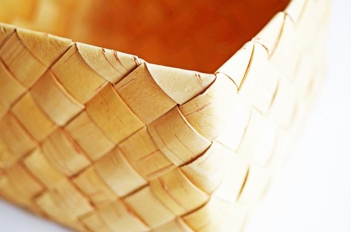 質の高い木材から一点一点、丁寧に作られている白樺かご。時間が流れると共に色艶に深みが増してきて、長く愛用することができます。
