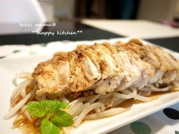 ブラックペッパーがぴりりと効いた鶏むね肉のソテーの上に、ごまだれソースをとろりとかけていただきます。柔らかな鶏むね肉にごまの風味がプラスされ、豊かな味わいに♪