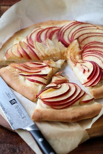 赤と白の色彩がとってもオシャレな薄焼きスイーツピザ。リンゴとチーズの相性もバッチリなので、大人の集まるパーティーにもぴったりです。