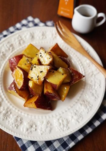 揚げたサツマイモにまわしかけたメープルシロップとバターの風味がたまらないおやつ。ホクホク、アツアツの美味しさを楽しんで♪