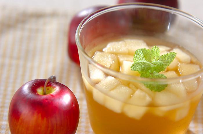 角切りリンゴのシャキシャキ食感を楽しめるリンゴゼリー。見た目も綺麗なので食後のおもてなしデザートにもオススメです。