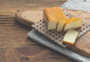 ワインやビール、様々なお酒のおつまみに合う、ベーコンのハーブ燻製、スモークチーズ、ミックスナッツの燻製。どれも少ない材料で作ることができるうえに、ミックスナッツの燻製は手早く作れるので覚えておくといざという時に助けてもらえそう。詳しいレシピは以下のリンクをご参照ください。