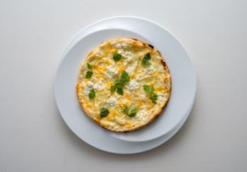 ピザ作り初心者さんでも美味しいピザを作ることができる「PIZZA OVEN POT」のレシピは、オーソドックスだけど、人気が高いマルゲリータと、さわやかでリピしたくなるレモンピザの2種類のレシピが以下のリンクに紹介されているので、チャレンジしてみてはいかがでしょうか。