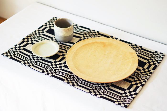 フィンランドを代表するテキスタイルブランドJohanna Gullichsen(ヨハンナ・グリクセン)のプレースマットは伝統的な手法で織られ、ほどよい厚みがあります。立体的な織りになっているので、手触りがよく、質の良さを体感することができます。