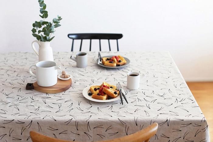 コットンリネンの風合いがやさしい松模様のテーブルクロスです。ナチュラルな雰囲気で、ダイニングテーブルの大きな面積を覆っても重苦しくなりません。