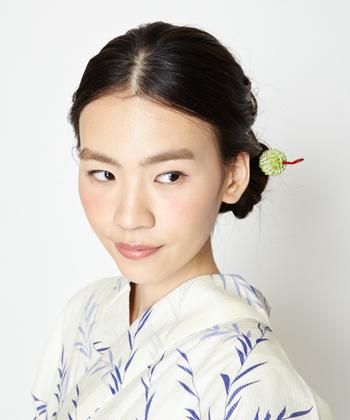 """浴衣姿に合わせるヘアスタイルは、アップスタイルやまとめ髪がおすすめ。 そこで今回は、ハンドメイドサイトで見つけた、浴衣ヘアを美しく彩るおすすめの""""かんざし""""をご紹介したいと思います。 お気に入りの浴衣と""""かんざし""""で情緒ある日本の夏を楽しんでみませんか…。"""