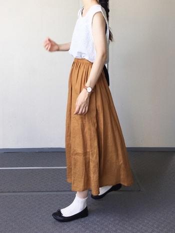 ボリュームのあるスカートに秋色をもってくるときは、トップスは軽めのカラーをチョイスするとバランスよく見えます。足元に薄手の白い靴下を合わせて、すっきりとした秋の装いに仕上げています。