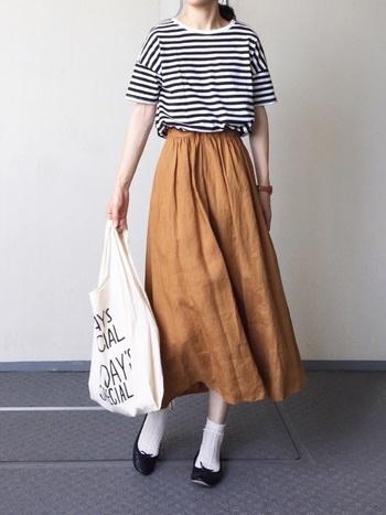 リネンの秋色スカートはやわらかな素材感で、着心地も抜群です。ボトムスが軽やかな風合いなので、トップスにも白などの軽い色味をもってくると夏っぽくなってしまいます。ボーダーのカットソーを合わせることで、少しずつ近づく秋の気配をアレンジしています。