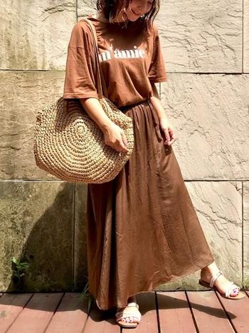 サテンのスカートはすとんと下に落ちるラインがとてもきれい。ボリュームのあるTシャツを合わせて、異素材の組み合わせを楽しんでいます。