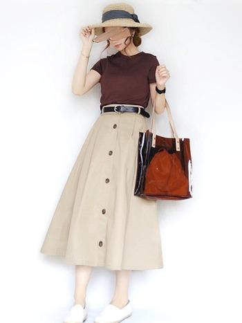 こちらはボトムスをふんわりとしたAラインのスカートにチェンジした秋色コーデ。同じような配色のコーデでも、スカートのかたちが違うと、すこし軽やかな印象になります。