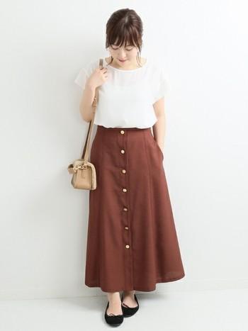 Aラインに広がった端正な表情の秋色スカートには、かたちのきれいなお嬢様風トップスを合わせて。ヘアアレンジをまとめ髪にするとよそゆき度がさらにアップします。