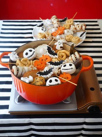 はんぺんと海苔で作るおばけ、コウモリ、ガイコツ。チクワを使ったミイラとロリポップ。油揚げで作るロリポップ。かぼちゃをくり抜いて作るおばけ。和食でもハロウィン感たっぷりのパーティーが楽しめるなんて斬新ですね!